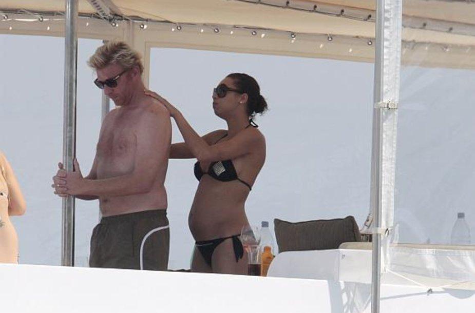 """Borisas Beckeris ir jo nėščia žmona Sharlely """"Lilly"""" Kerssenberg atostogauja Sen Tropeze."""