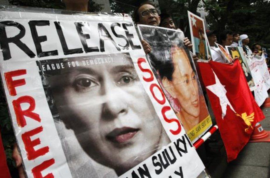 Daugelyje pasaulio šalių įvyko protestai dėl Mianmaro karinės chuntos teismo sprendimo.