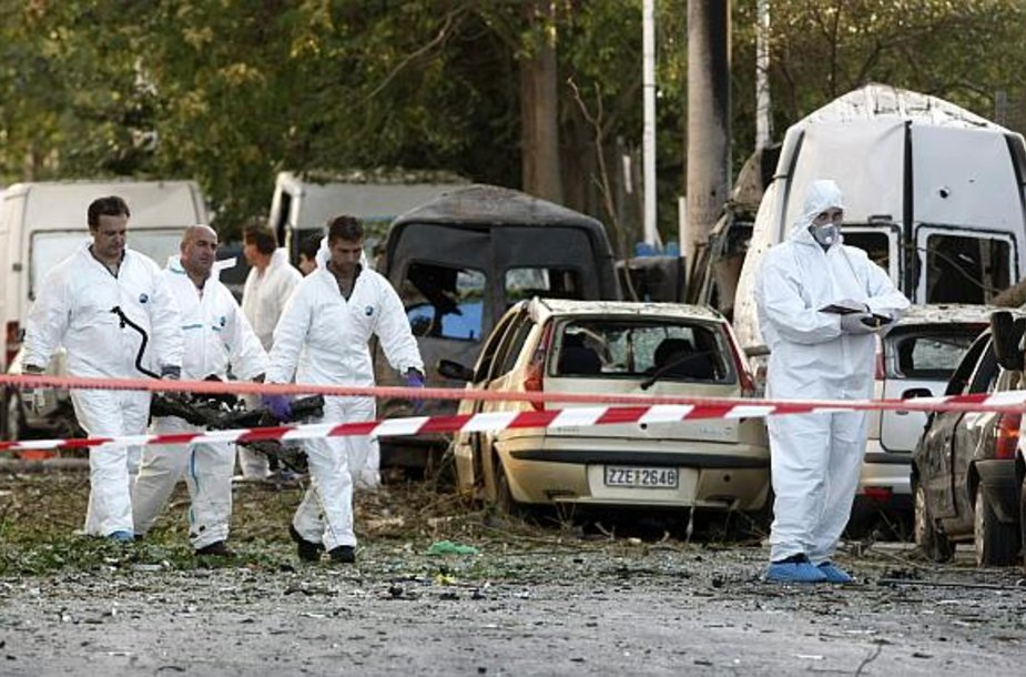 Policijos ekspertai tyrinėja sprogimo vietą prie Atėnų akcijų biržos.