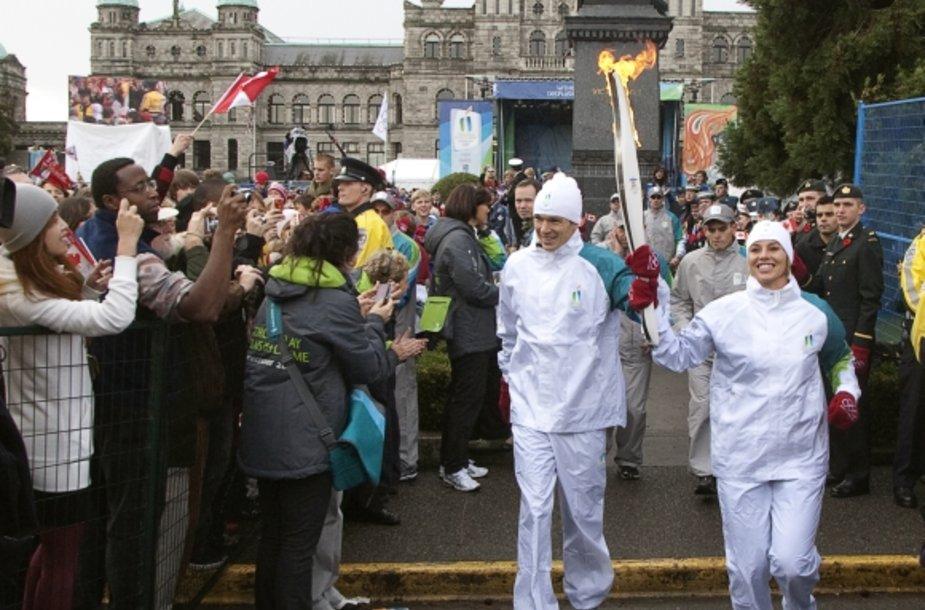 Pirmieji olimpinę ugnį Kanados žemėje nešė buvusi šios šalies čiuožikė Catriona Le May Doan (dešinėje) ir jos tautietis triatlonininkas Simonas Whitfieldas.
