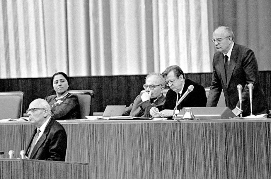 Sovietų Sąjungos komunistų partijos generalinis sekretorius Michailas Gorbačiovas (dešinėje, stovi) mėgina nutraukti Andrejaus Sacharovo (kairėje, tribūnoje) kalbą per pirmąjį liaudies deputatų suvažiavimą.
