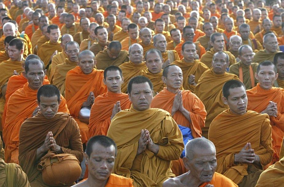Tailando budistai vienuoliai meldžiasi už cunamio aukas.