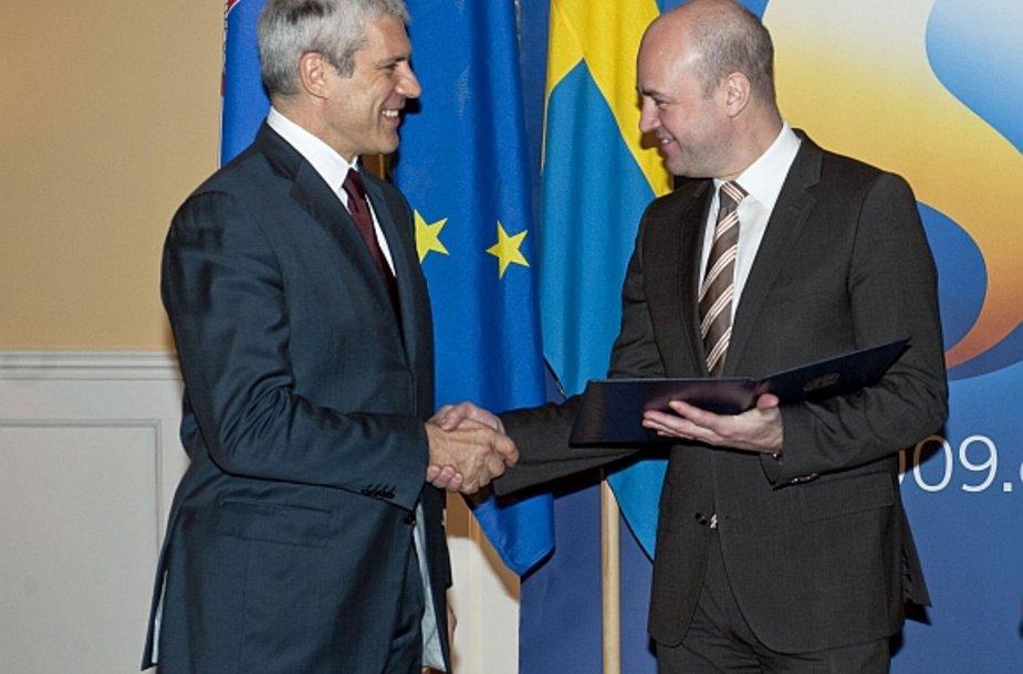 Serbijos prezidentas Borisas Tadičius (kairėje) įteikia oficialų prašymą dėl ES narystės bendrijai pirmininkaujančios Švedijos premjerui Fredrikui Reinfeldtui.