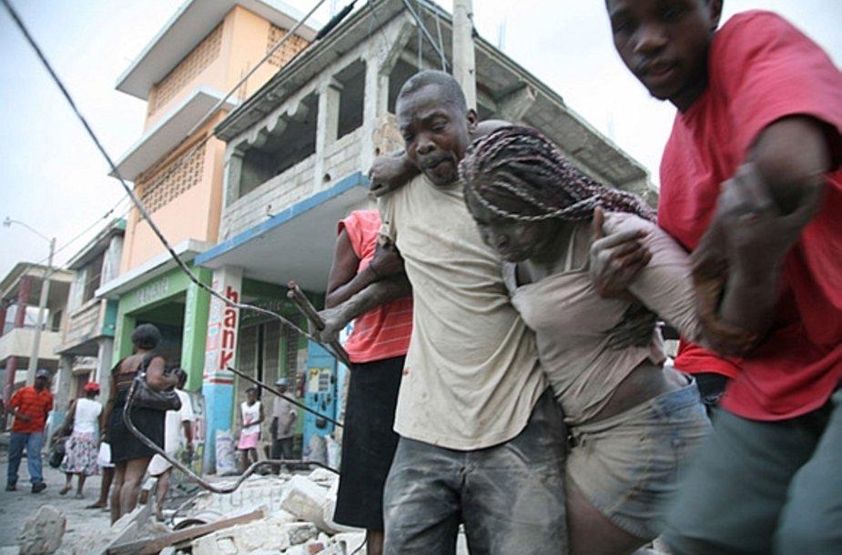 Šią moterį pavyko išgelbėti iš po griuvėsių.