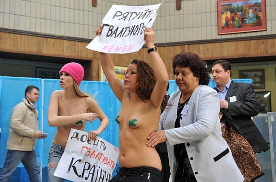 """""""Femen"""" aktyvistės reikalavo """"baigti prievartauti Ukrainą""""."""