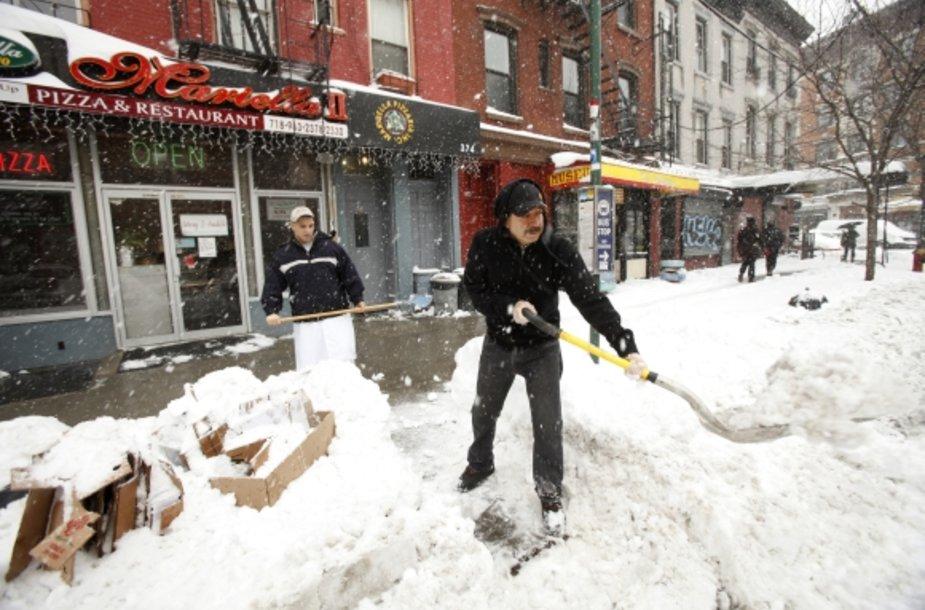 Niujorko gyventojai šią žiemą susidūrė su rekordiniu sniego kiekiu.