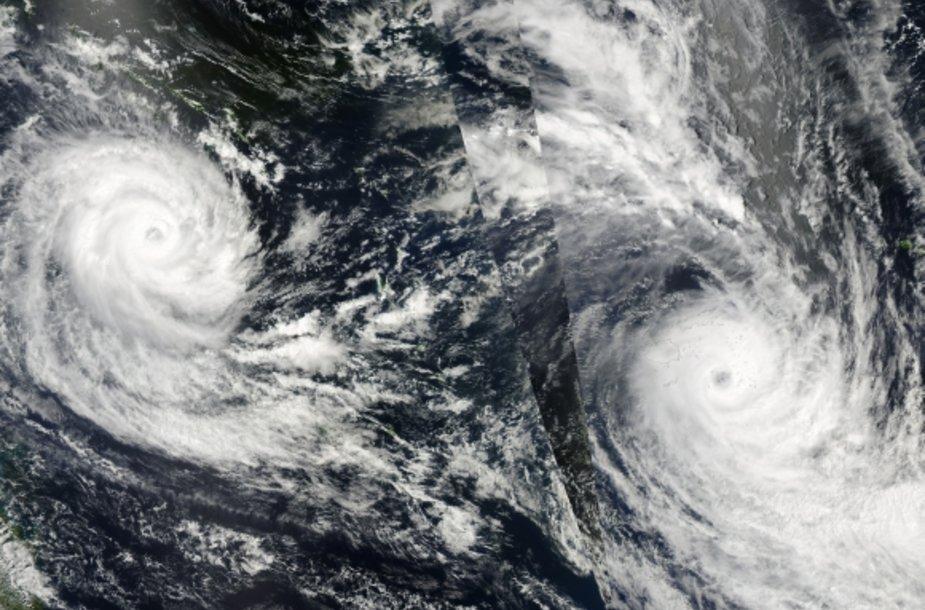 Ramiajame vandenyne dabar siaučia du tropiniai ciklonai – Ului (kairėje) ir Tomas.