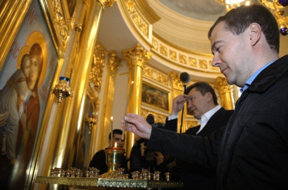 Viktoras Janukovyčius ir Dmitrijus Medvedevas apsilankė koplyčioje.