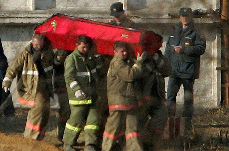 Iš avarijos vietos išnešami ir į Maskvą išgabenami žuvusiųjų kūnai.