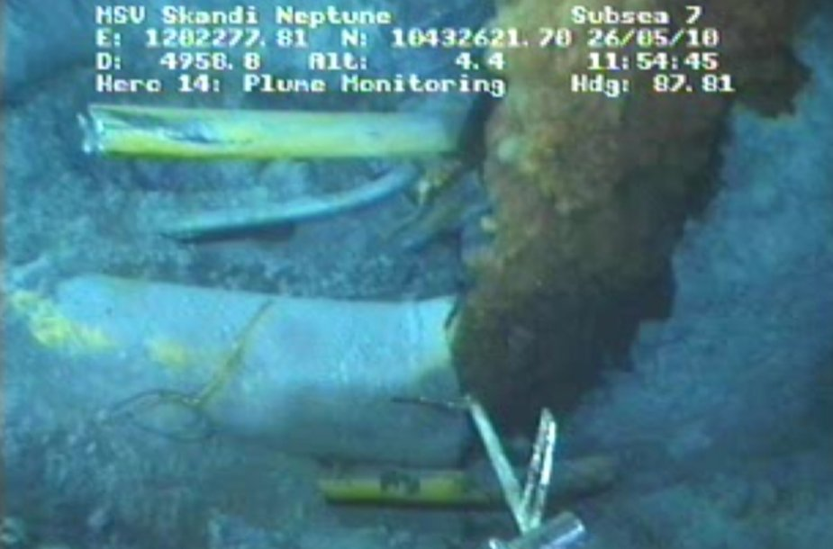 Povandeninėje nuotraukoje matyti iš gręžinio besiveržianti nafta.