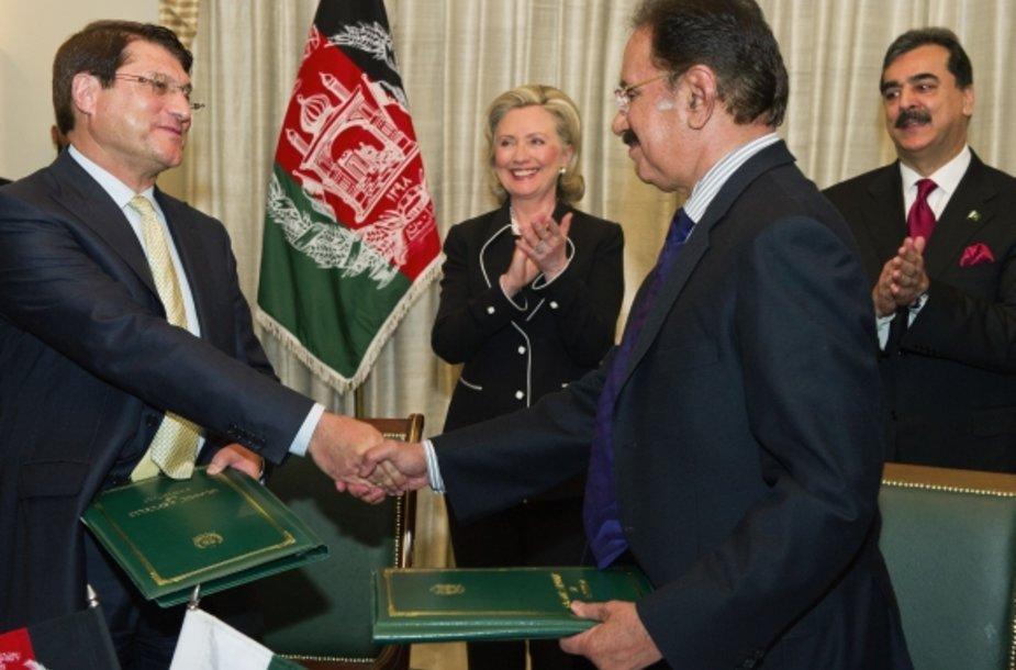 Afganistano prekybos ministras Anwaras ul-Haqas Ahadis (kairėje) ir Pakistano prekybos ministras Makdoomas Adminas Fahinas pasikečia sutarties egzemplioriais.