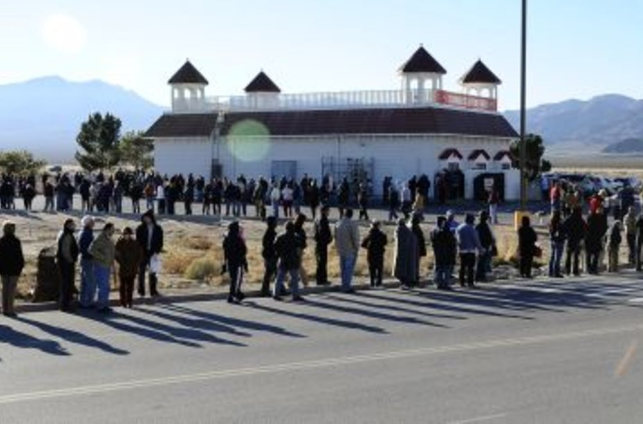 Norėdami nusipirkti loterijos bilietą amerikiečiai stovėjo ilgose eilėse.