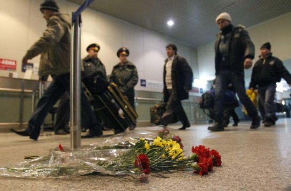 Žuvusiuosius Domodedovo oro uoste primena gėlės.