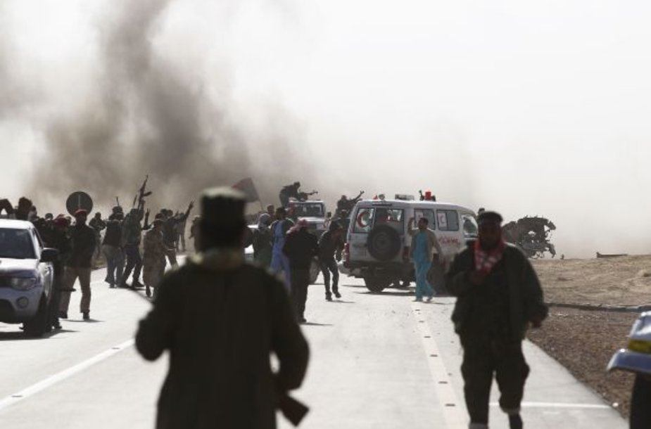 Nuo minosvaidžių ugnies besitraukiantys sukilėliai
