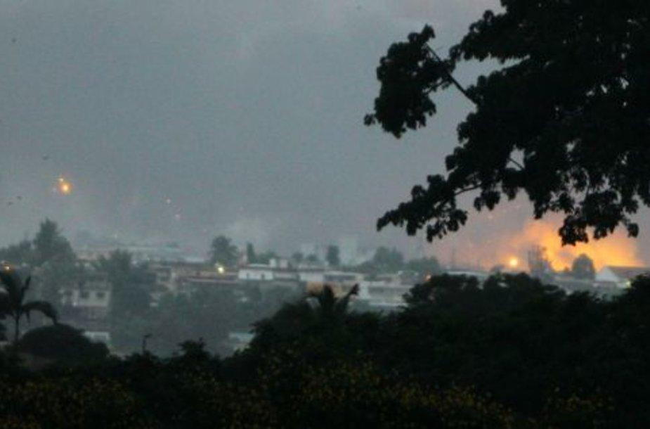 Prancūzijos ir Jungtinių Tautų pajėgos susprogdino valdžią uzurpavusio Laurent'o Gbagbo šalininkų ginklų sandelius Abidžane.