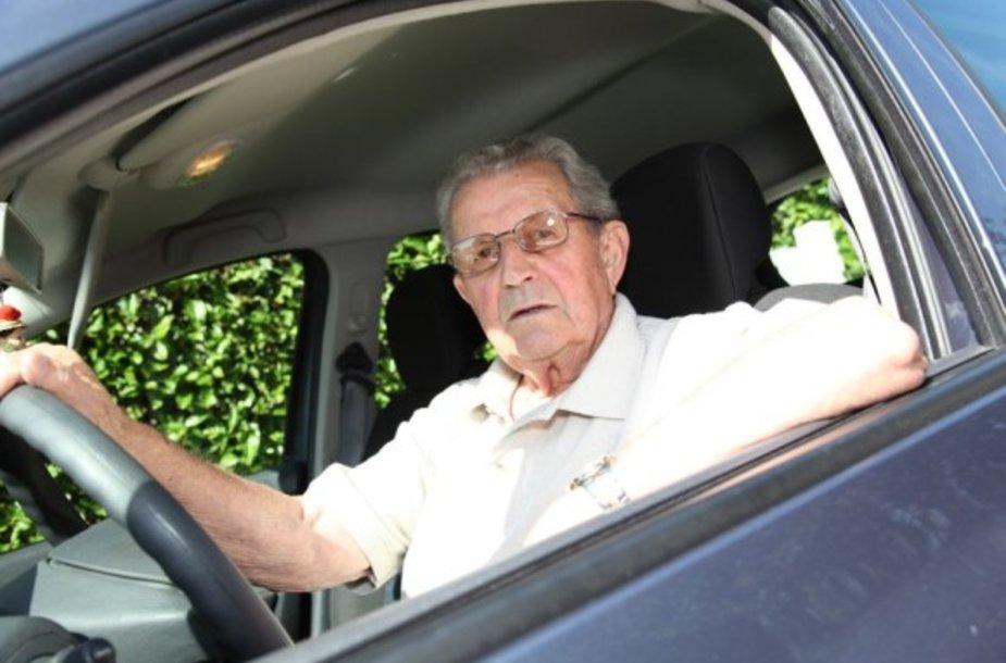 Asociatyvinė iliustracija: garbaus amžiaus vairuotojas