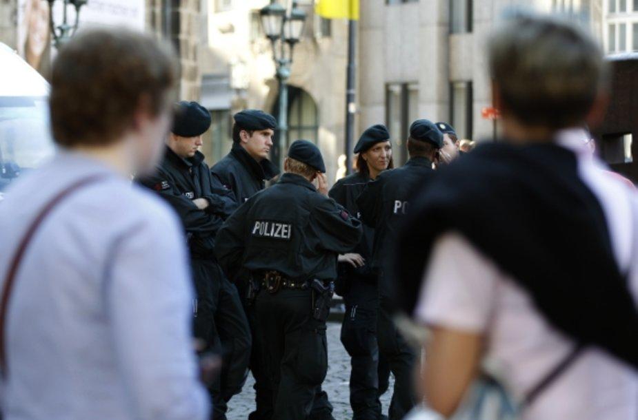 Vokietijos policijos pareigūnai Bonos gatvėje