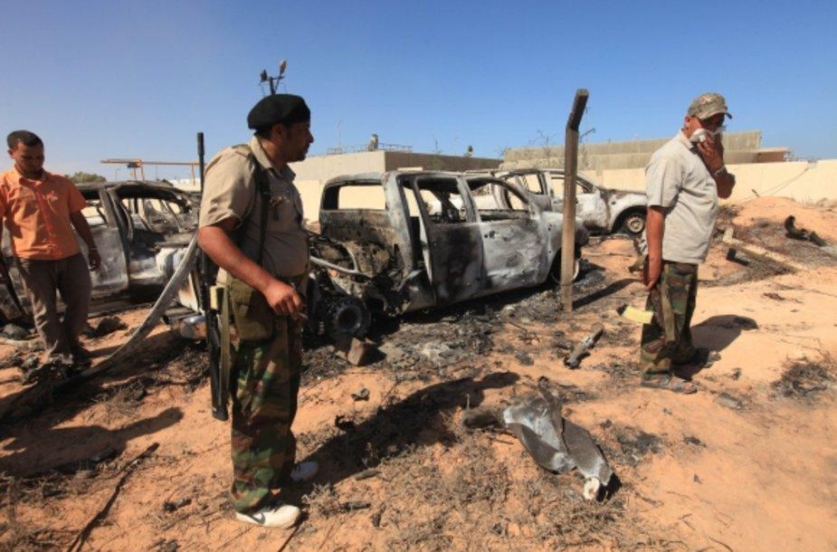 Sukilėliai prie NATO pajėgų atakuotos Muamaro Kadhafi vilkstinės automobilių