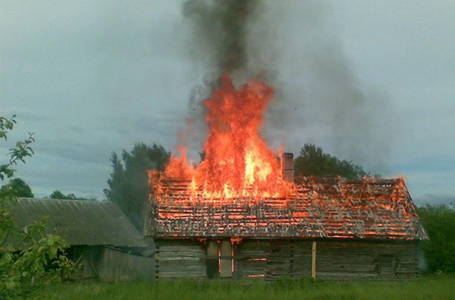 Degantis namas Kairėnuose