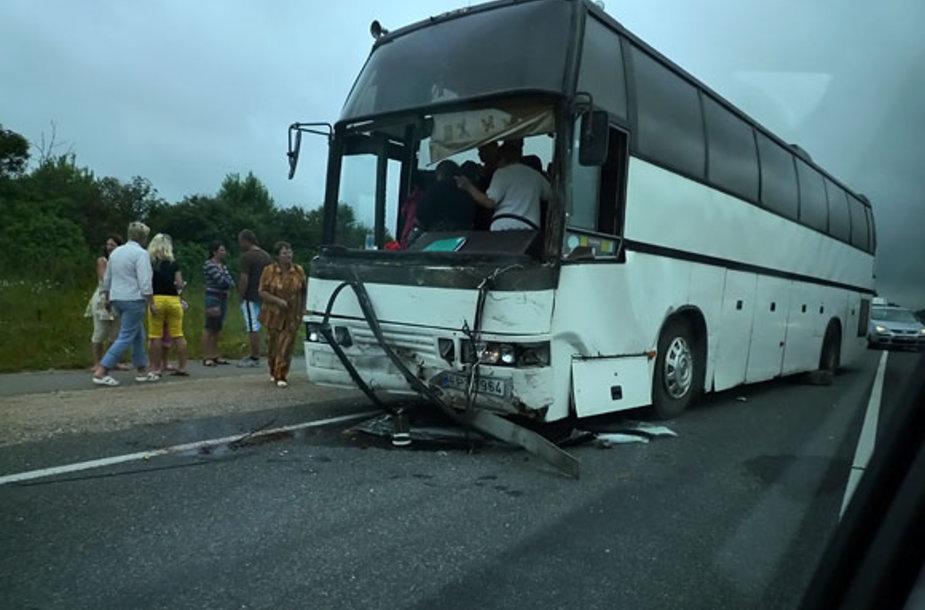 Per avariją prie Plungės apgadintas autobusas