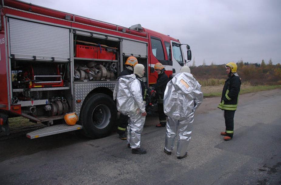 Ugniagesiai budi greta dujų saugyklos, esančios netoli sprogimo vietos