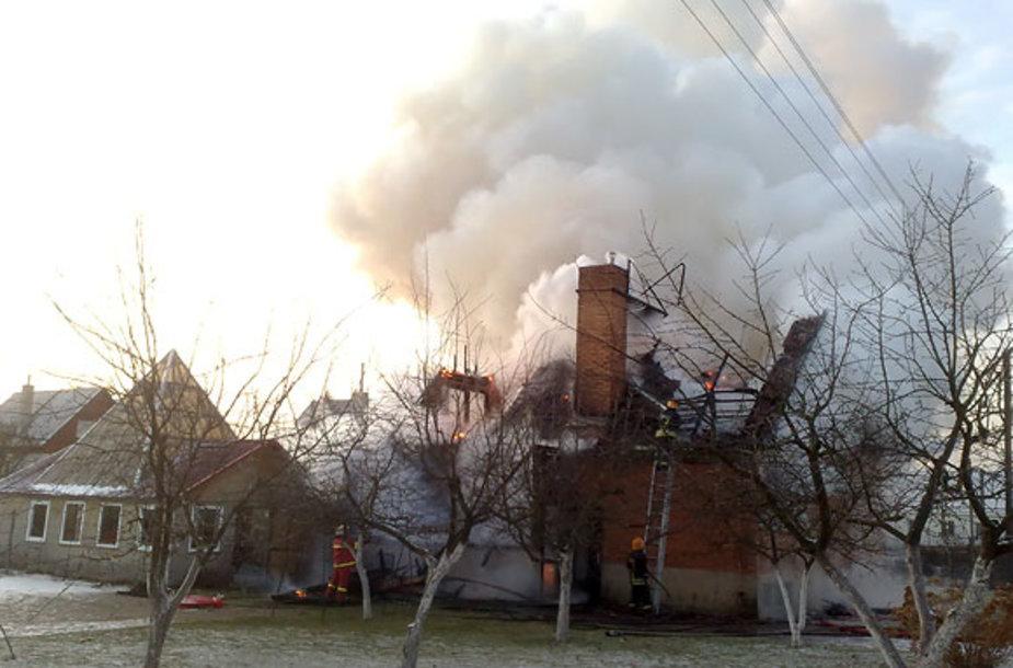 Zujūnuose dega namas