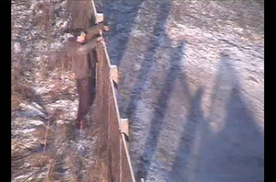 Iš pradžių bandęs lipti per tvorą, vėliau jaunuolis nesugebėjo įveikti nedidelio kalnelio