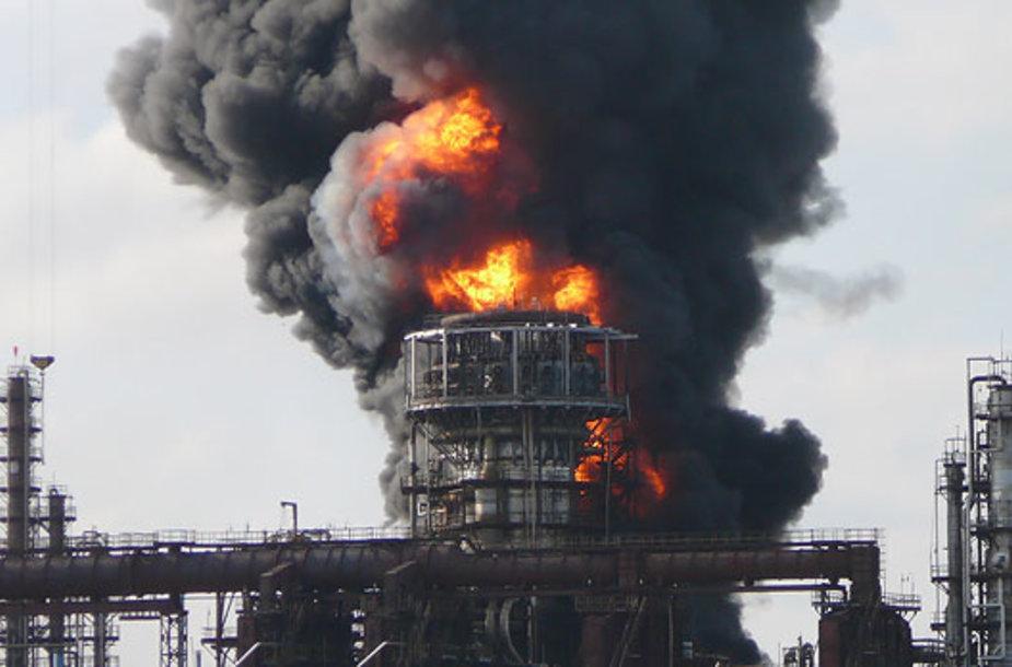 """Gaisras bendrovėje """"Mažeikių nafta"""" 2006 m."""