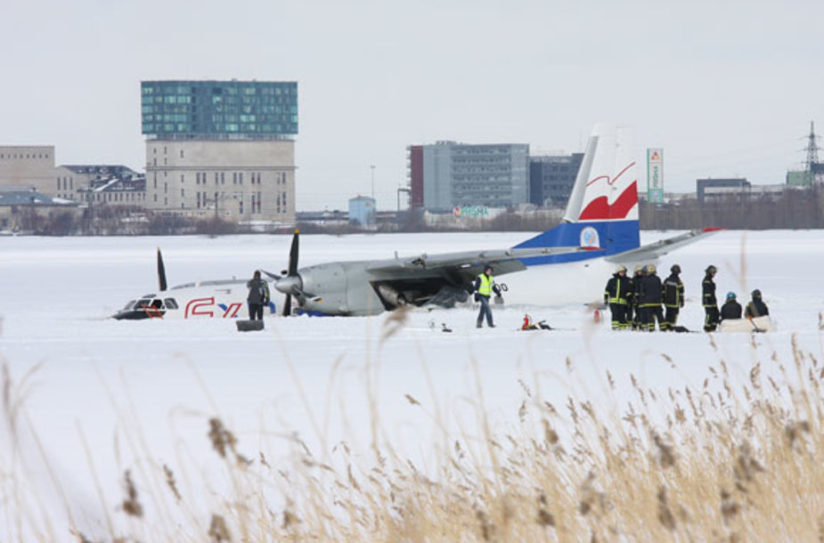 Lėktuvas ant ežero ledo prie Talino oro uosto