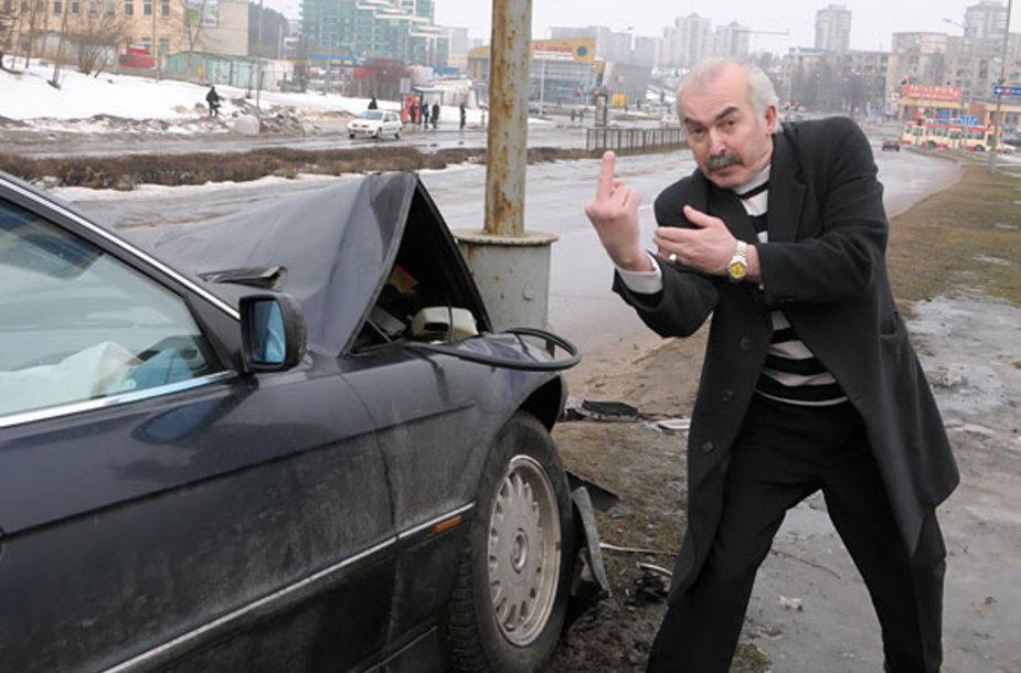 Atsitiktiniu praeiviu prisistatęs vyras visaip reiškė savo nepasitenkimą tuo, kad avarija fotografuojama