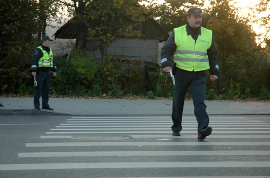 Policininkai pėsčiųjų perėjoje