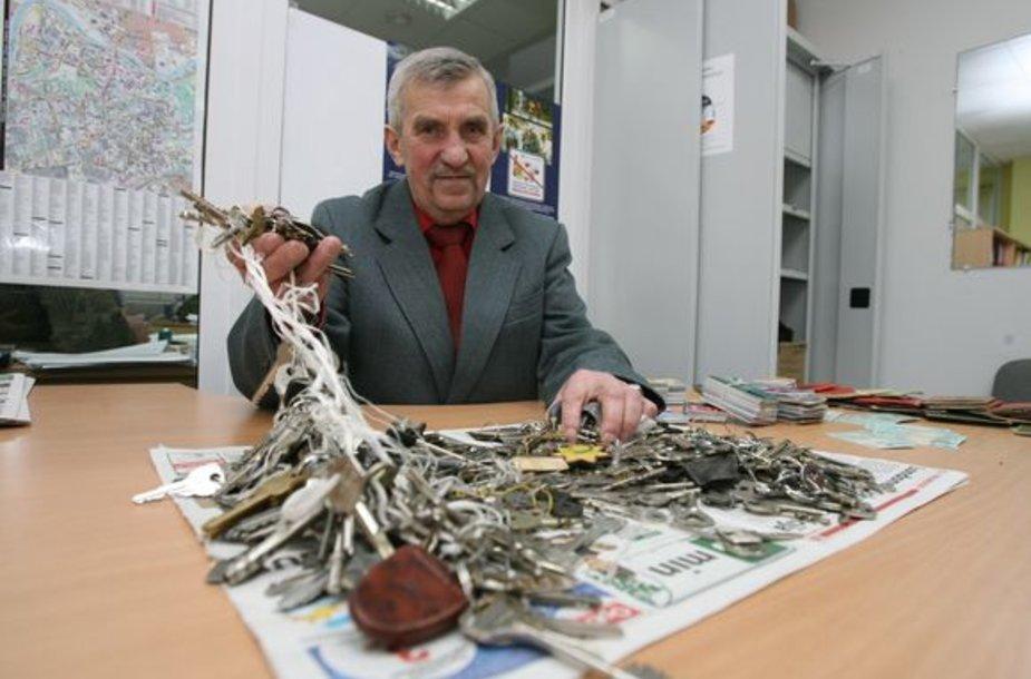 Policijos radinių biuro vadovo Zenono Lajausko teigimu, dažniausiai pasitaikantys radiniai – raktai ir dokumentai, juos kasdien praranda nemažai žmonių.
