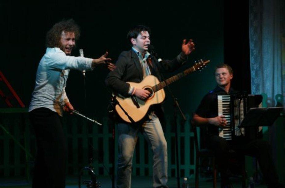 D.Razausko (viduryje) ir kartu su juo pasirodančių muzikantų koncerte puikiai dera ekspresija, prasmingi tekstai ir originalios muzikinės improvizacijos.
