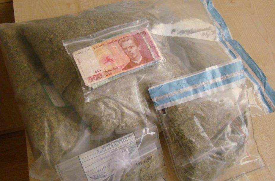 Šiaulių pareigūnai sutrikdė narkotikų platintojų verslą trijuose Lietuvos miestuose.