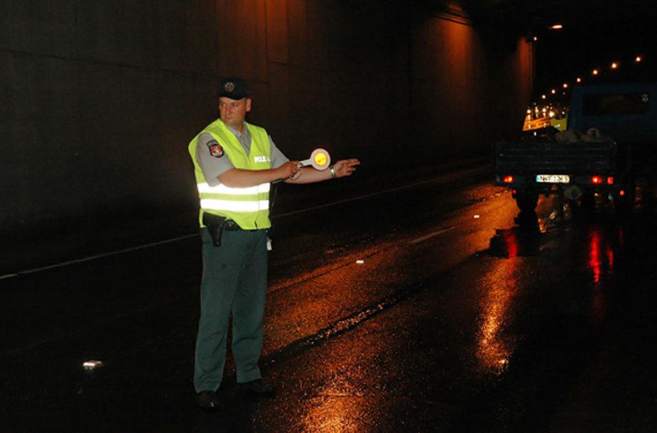 Policininkas stabdo automobilį.