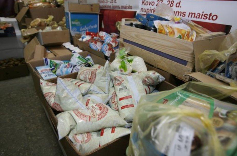 """Paskutinę dieną galiojančius maisto produktus iš 15 sostinėje įsikūrusių IKI parduotuvių surenka """"Maisto banko"""" automobiliai. Iki pietų tie produktai atitenka skurstantiems."""