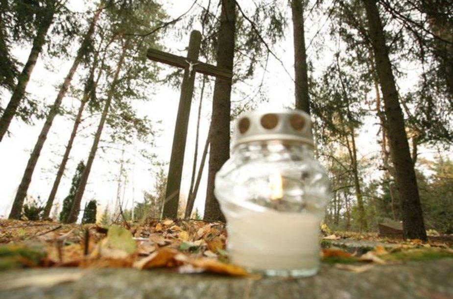 Visų šventųjų dieną ir per Vėlines žvakutes prie neatpažintų palaikų kapų uždegs nebent geros valios žmonės.