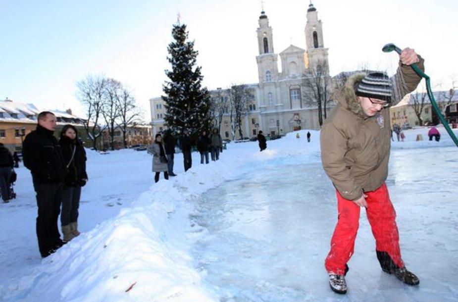 """Rotušės aikštėje besidarbuojantys jaunieji skulptoriai spėjo ne tik skulptūroms sniegą ruošti, bet ir ledą """"palaistyti""""."""