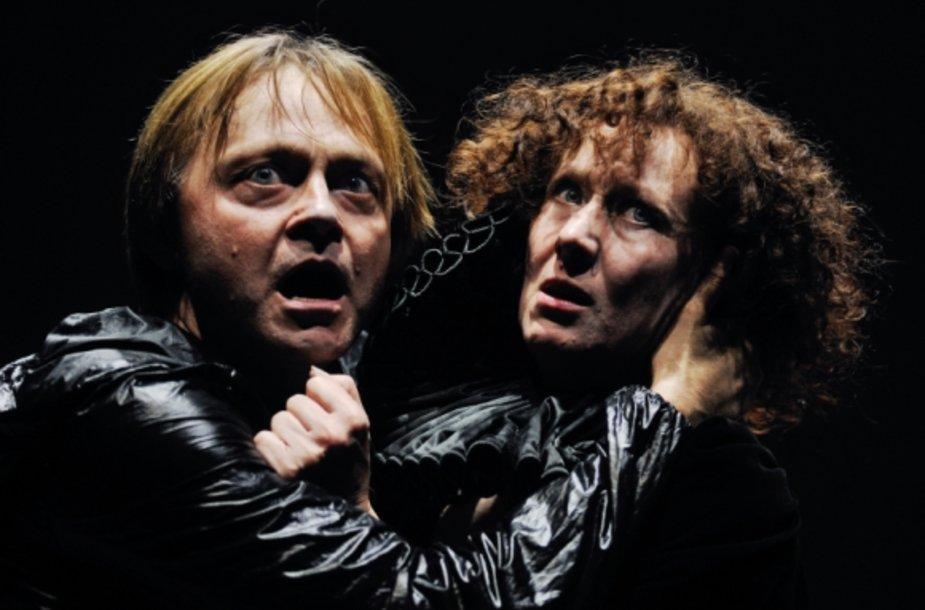 """Scena iš spektaklio """"Hamletas"""": Darius Meškauskas ir Nelė Savičenko"""