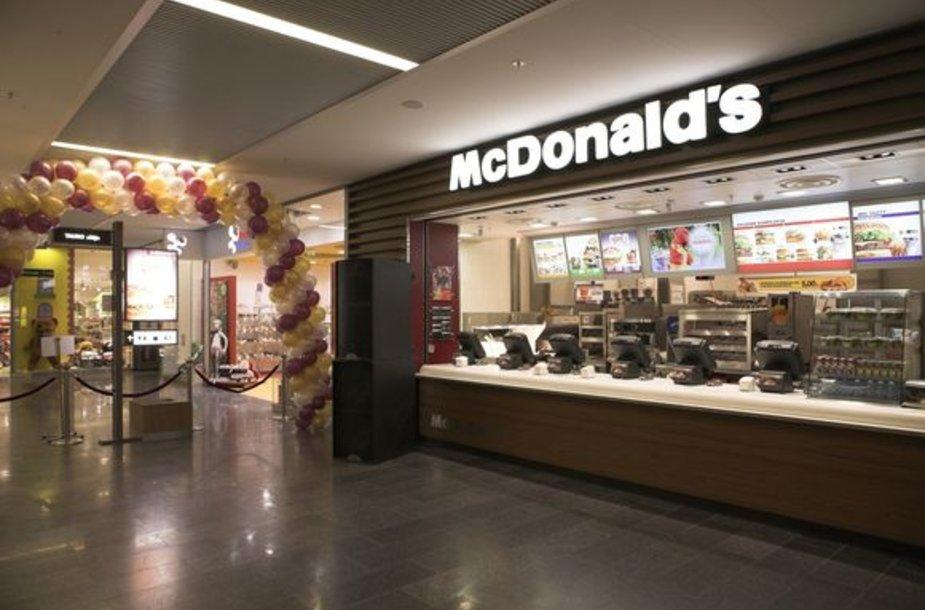 """Pirmasis """"McDonald's"""" restoranas prekybos centre vakar atvėrė duris Šiaulių """"Akropolyje""""."""
