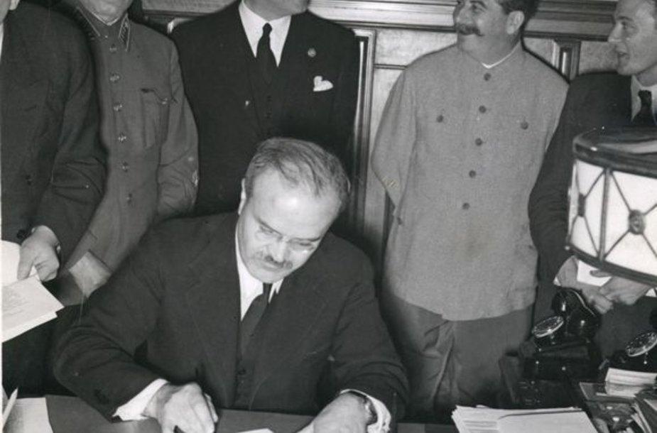 Molotovas pasirašo paktą.