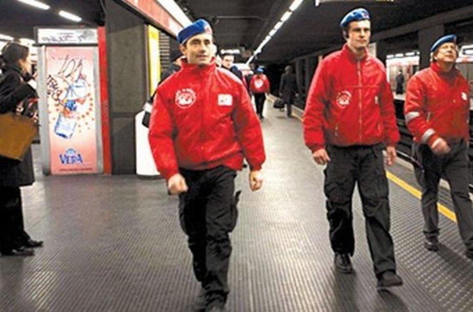 """""""Miesto angelai"""" patruliuoja miesto metro."""