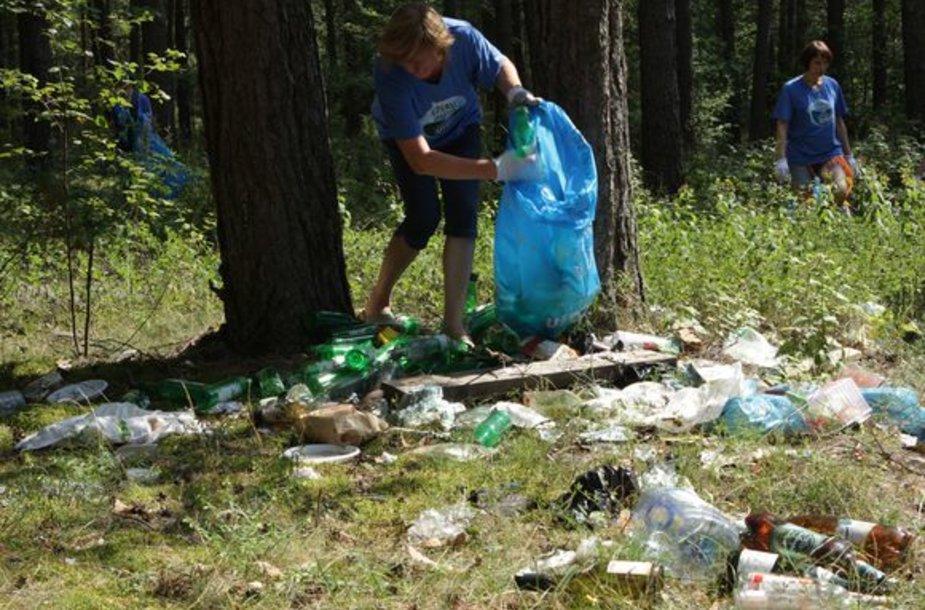 """Pernai vykusio ekožygio metu """"Utenos alaus"""" darbuotojai išrinko dvi tonas šiukšlių iš Aukštaitijos nacionalinio parko."""