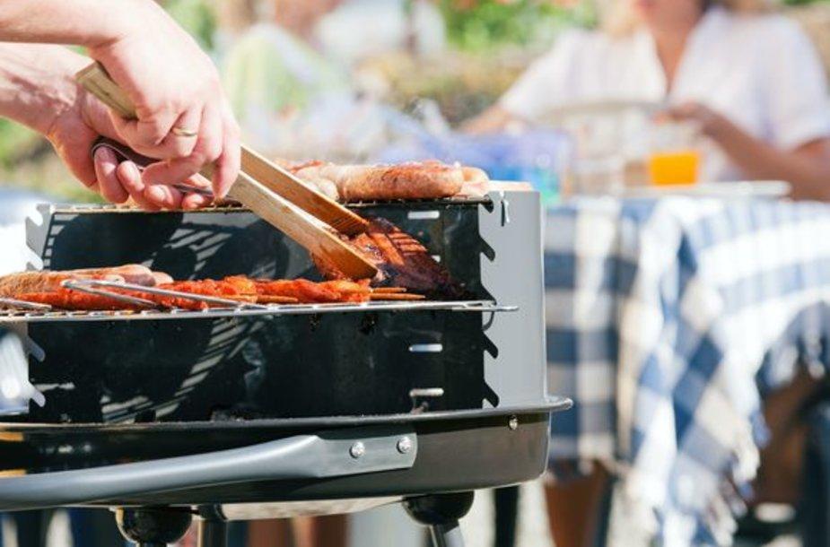 Maistą kepsninėje pradėkite kepti tada, kai žarijos tebebus kaitrios, tačiau liepsna jau nebelaižys grotelių.