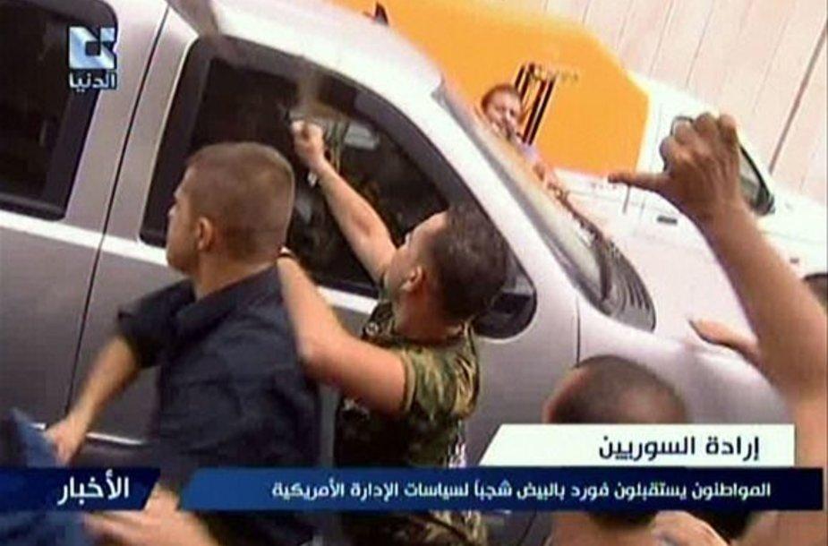 Sirijoje režimo šalininkai atakuoja išvykstantį JAV ambasados automobilį.