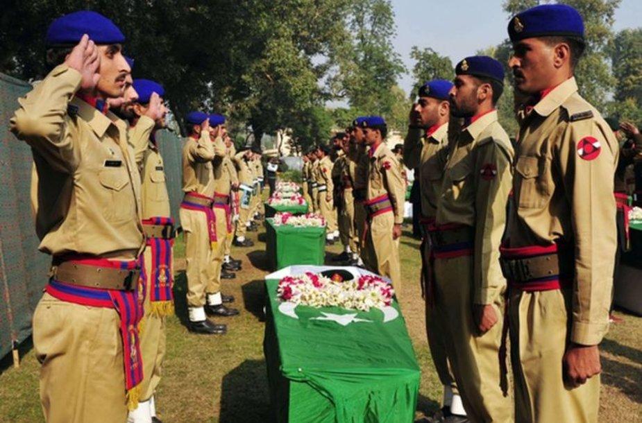 Laidotuviu ceremonija, per kurią pagerbti žuvę 24 pakistaniečių kariai.
