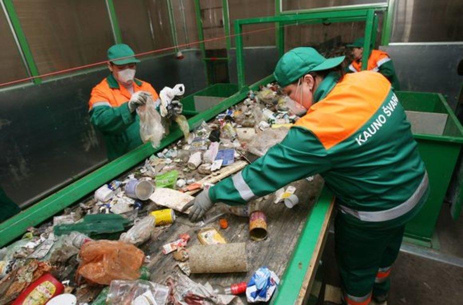 Nors 1,3 mln. Lt kainavusi naujoji plastiko pakuočių ir polietileno rūšiavimo linija žymiai padidins įmonės darbo našumą, visiškai atsisakyti darbo rankų šios technologijos neleidžia.