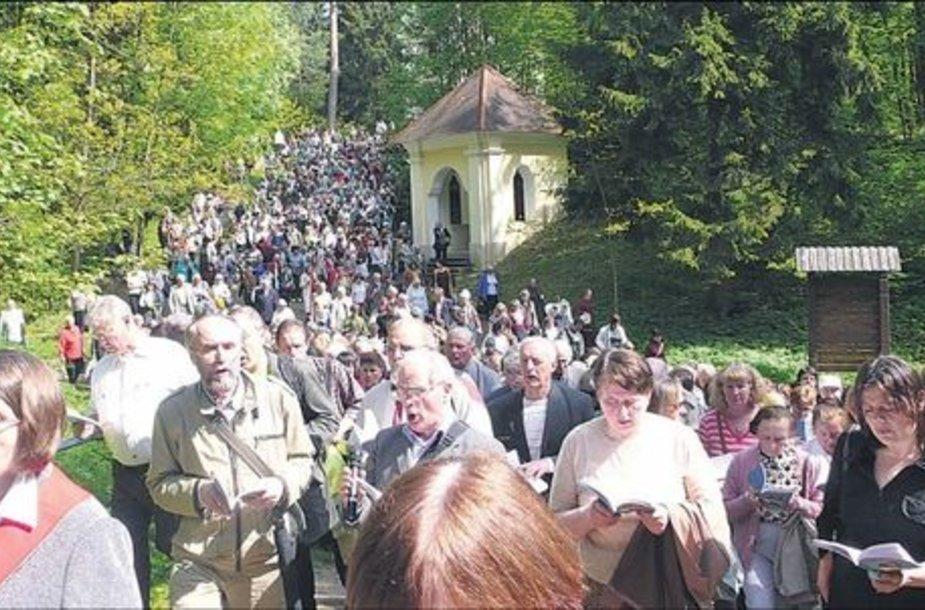 Gausiausiai maldininkų į Kalvarijas patraukia per Sekminių atlaidus.