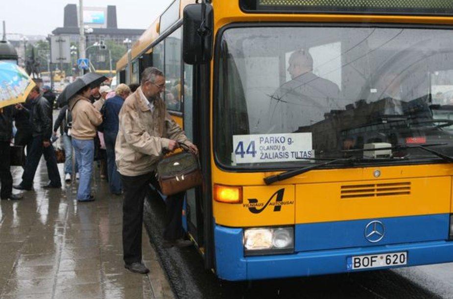 Naujosios Vilnios gyventojai skundžiasi, kad sutrumpinus autobuso Nr. 44 kursavimo laiką, jie nebespėja rytais į darbą, o vakare iškylą problemų grįžti namo.