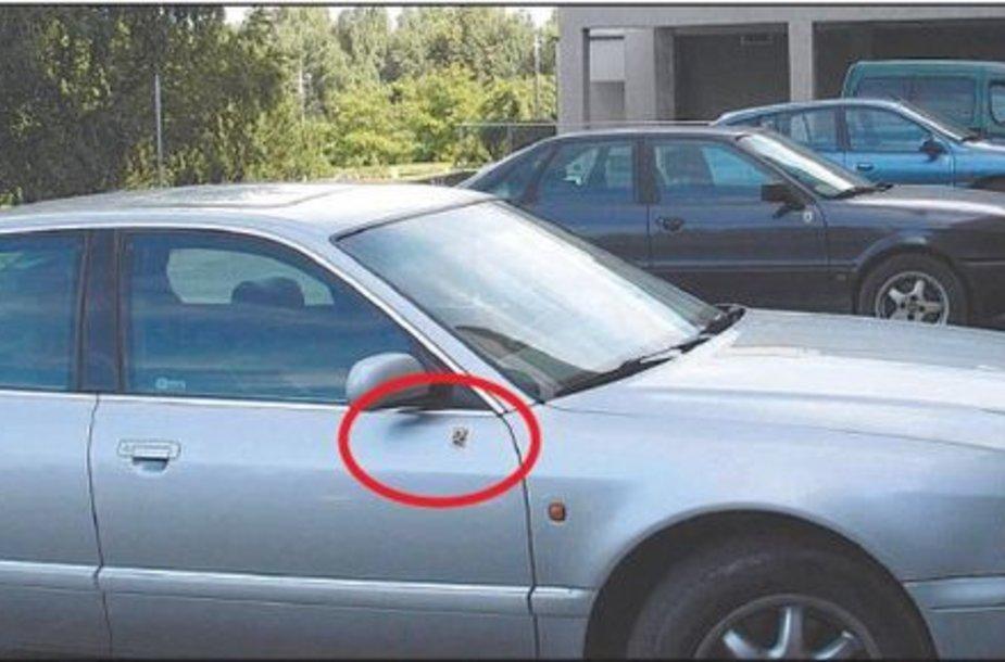 Marijampolės savivaldybės administracijos automobiliai pažymėti miniatiūriniu lipduku su miesto herbu, kurį sunku įžiūrėti net iš arti.